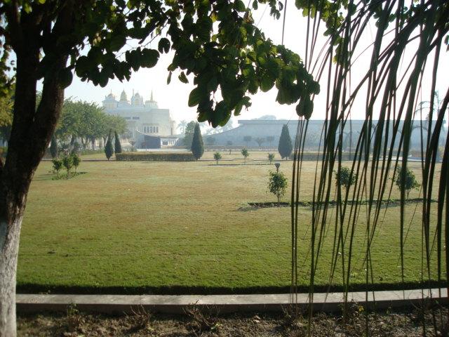 das weitflächige Gelände, hinten der Tempel