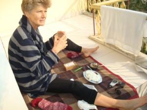 Brigitte mit vermuteter Bänderzerrung am Fuß