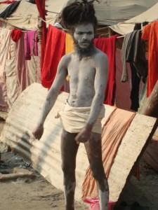 ein Naga Baba: nackt mit weißer Asche