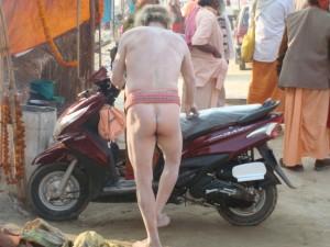 er fuhr nackt auf dem Motorrad vor sein Zelt