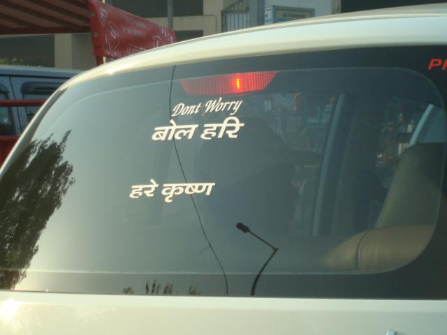 Das Auto neben mir auf dem Weg zum Flughafen in mein altes Leben: Don't worry!