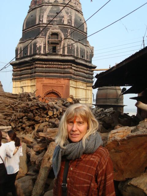Jutta in Varanasi bei den Ghats (Totenverbrennungen)
