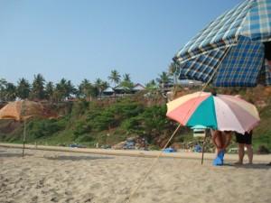 oben die Cliff-Promenade, von unten, dem Strand aus gesehen