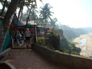 Promenade auf den Cliffs, unten das Meer