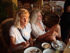 Jutta und Rainer genießen die Küche Kerala's mit ihren frischen Gemüsen und dem Obst