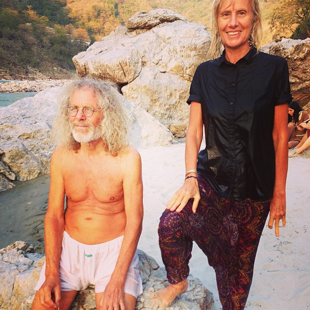 Jutta und Rainer am Ganges in Rishikesh