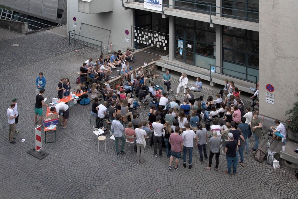 Im Hof der Münchner TU: lange Rede, tiefer Sinn
